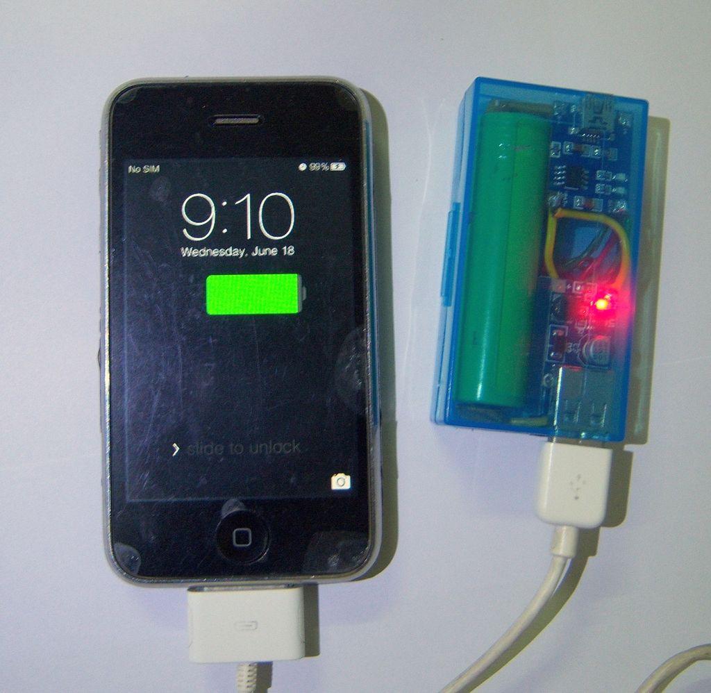 Самодельный Power Bank в работе, заряжает iPhone